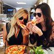 Khloe und Kendall gönnten sich eine Pizza