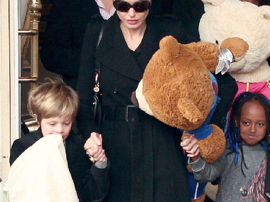 Angelina Jolie mit Shiloh und Zahara vor Hotel