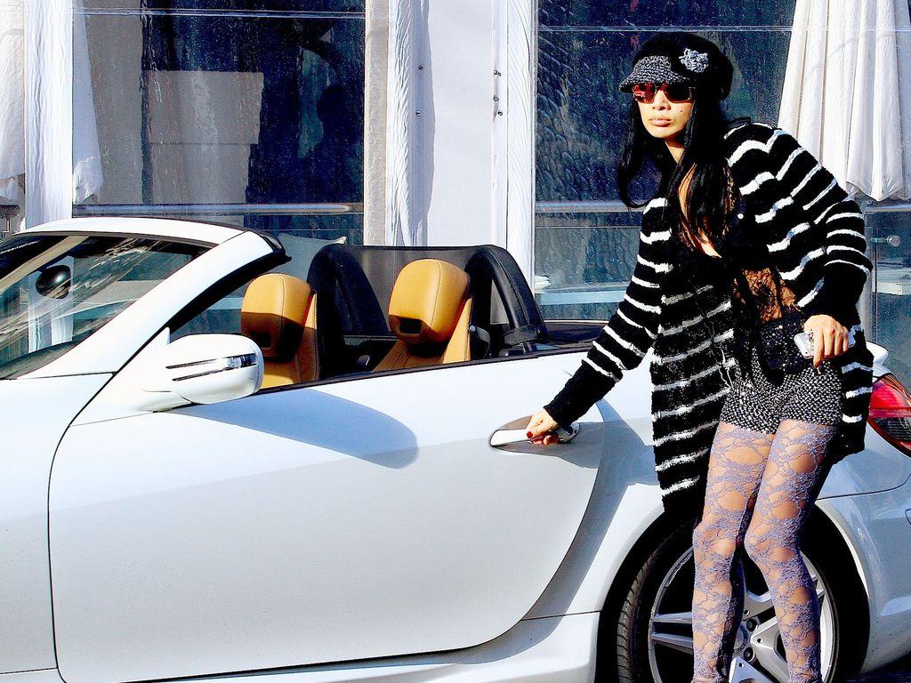 Bai Ling steigt in ein Auto
