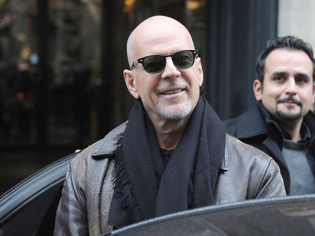 Bruce Willis mit Jacke und Schal