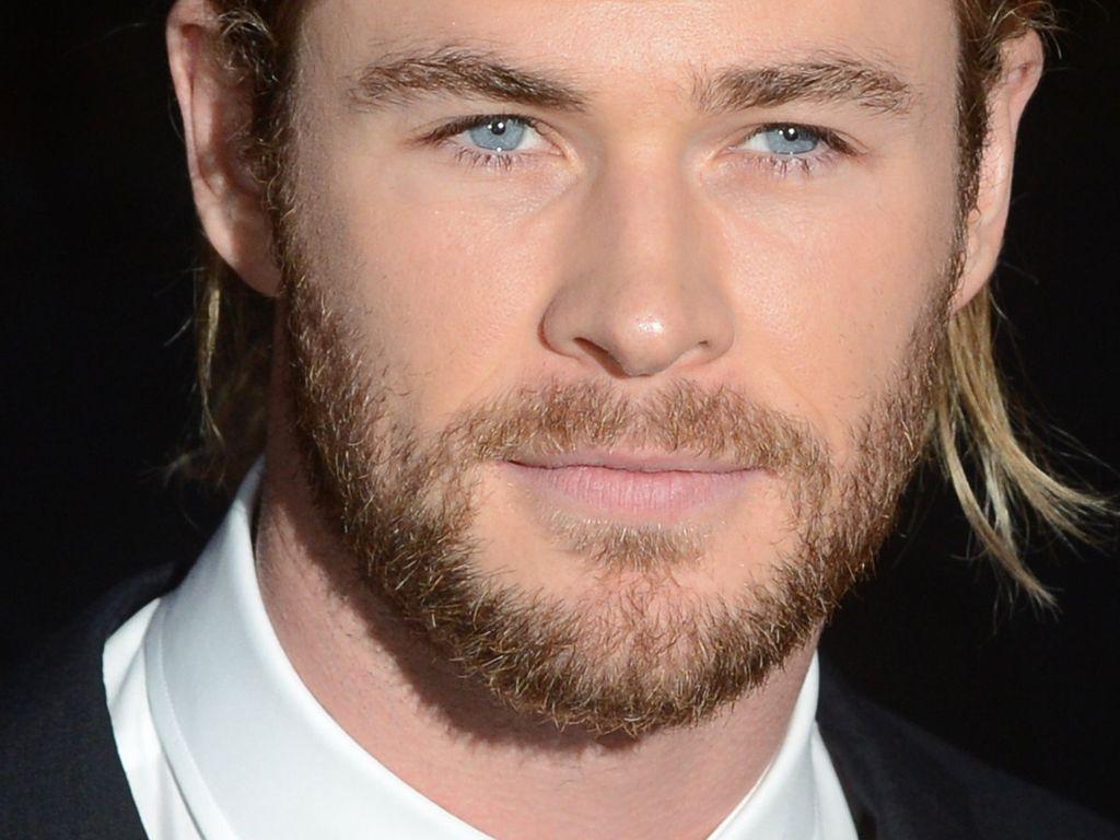 Chris Hemsworth mit Zopf und Bart