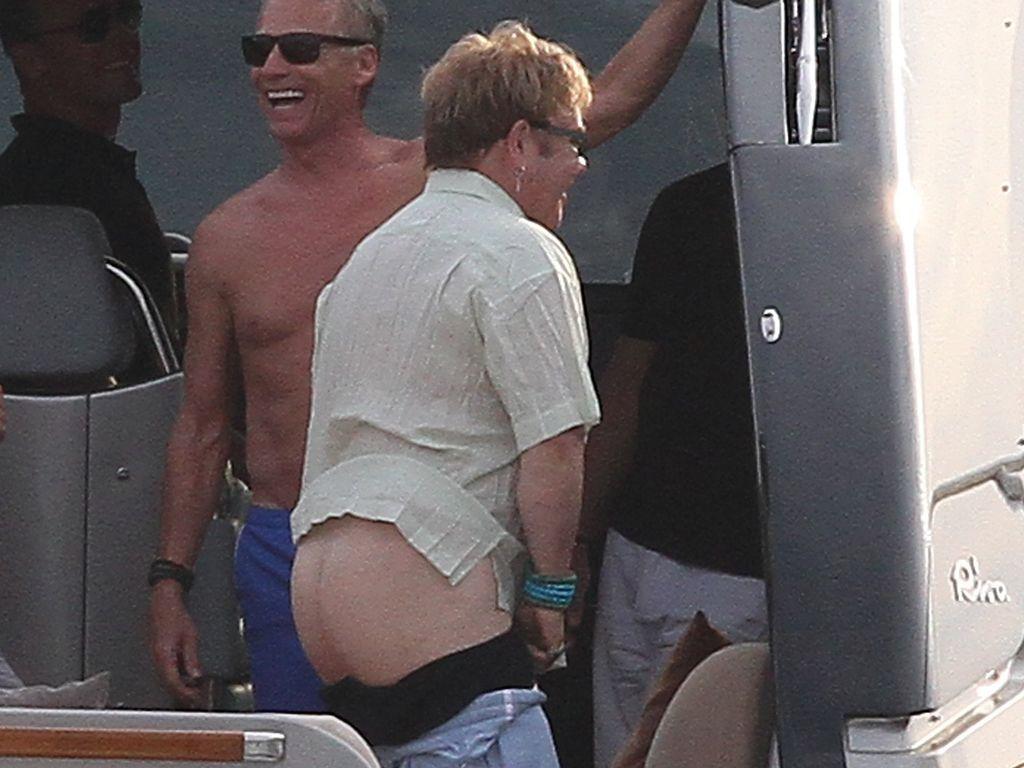 Elton John zeigt nackten Popo