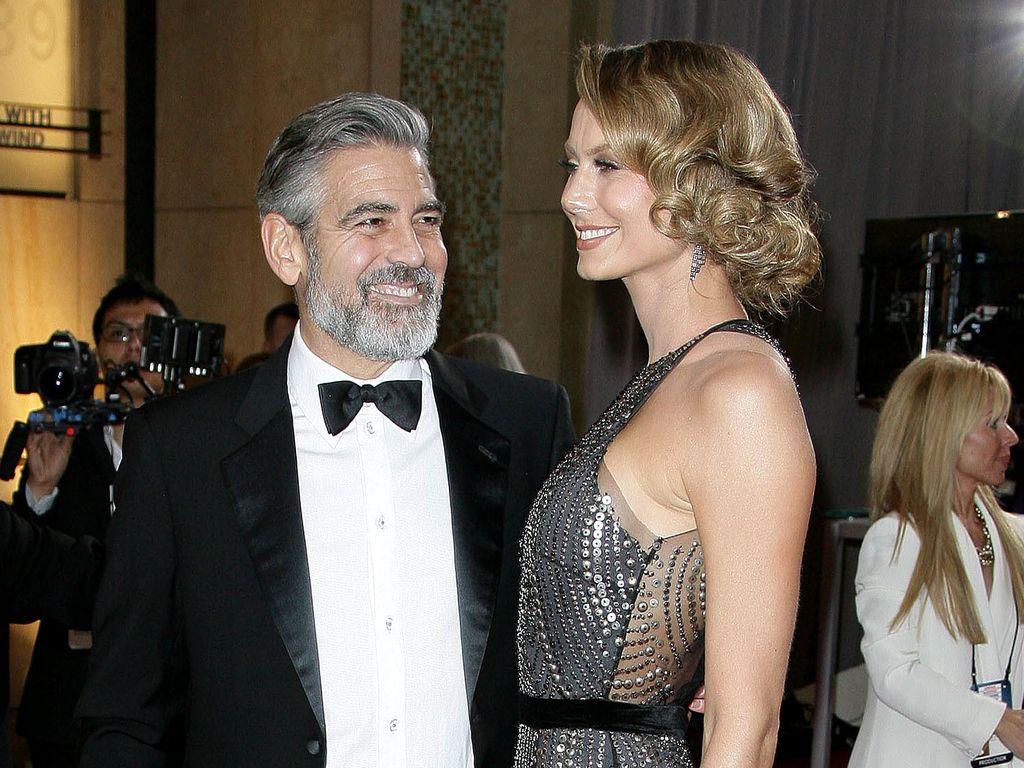 George Clooney strahlt seine Stacy an