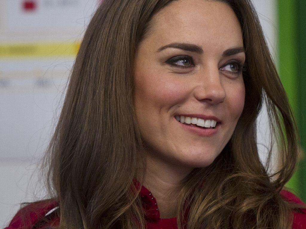 Herzogin Kate mit rotem Mantel