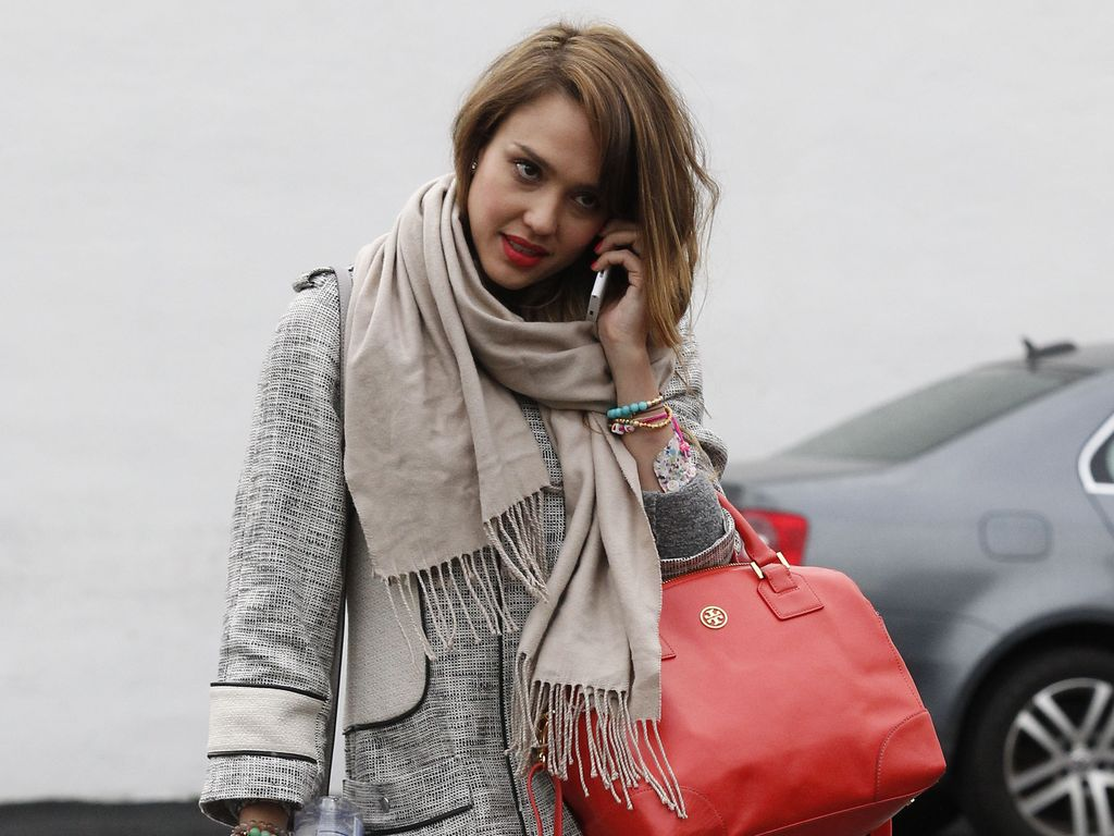 Jessica Alba mit zwei Taschen unterwegs in West Hollywood