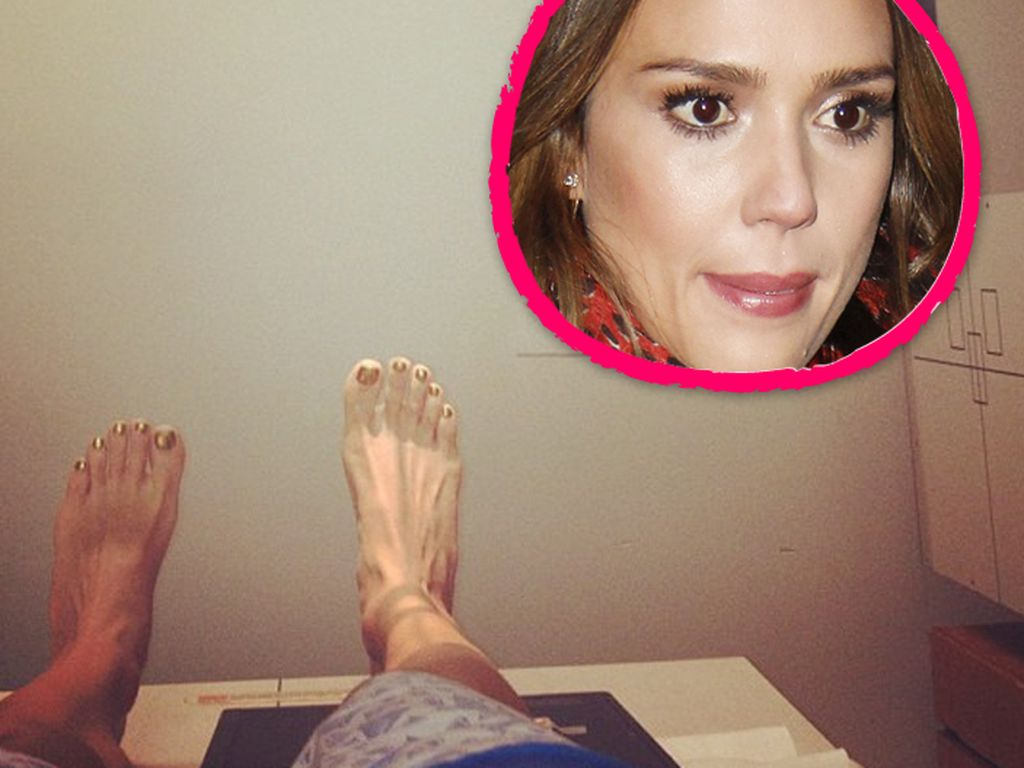 Jessica Albas geschwollener Knöchel