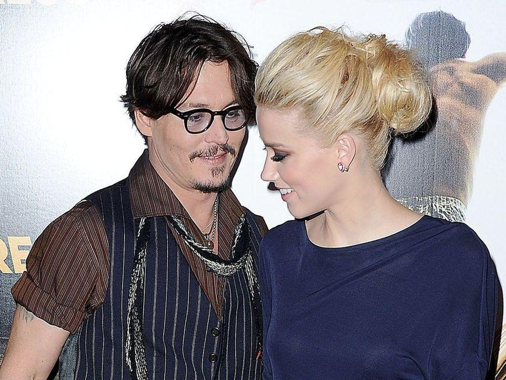 Johnny Depp blickt Amber Heard an