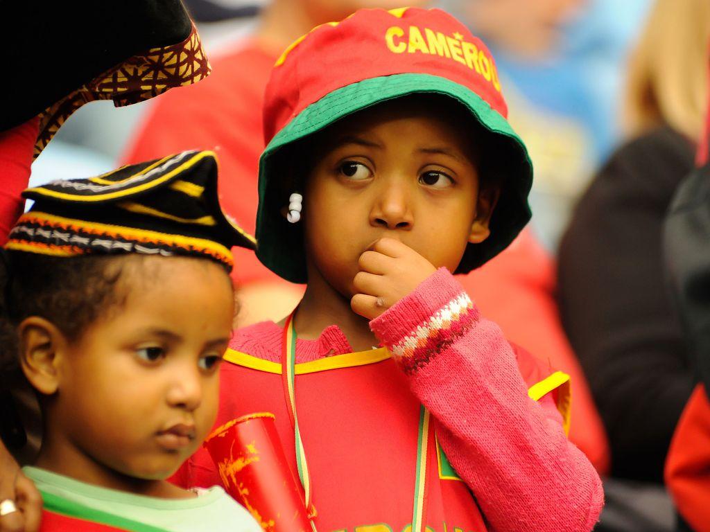 Kamerun-Fan mit Mütze