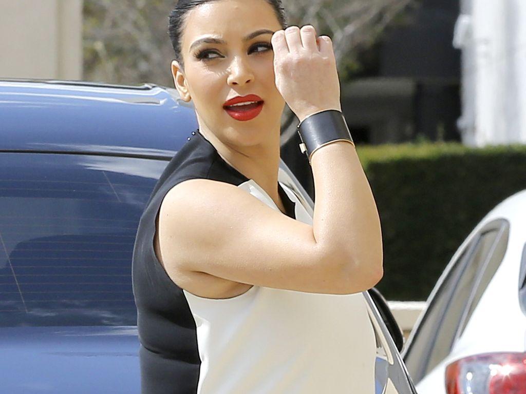 Kim Kardashian mit schwarz/weiß-Outfit