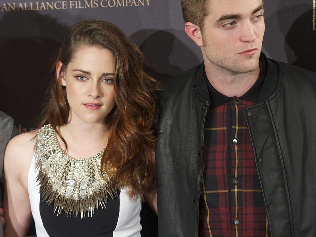 Kristen Stewart steht neben einem desinteressierten Robert Pattinson