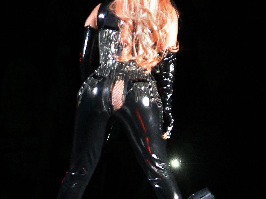 Lady GaGa mit geplatzter Hose