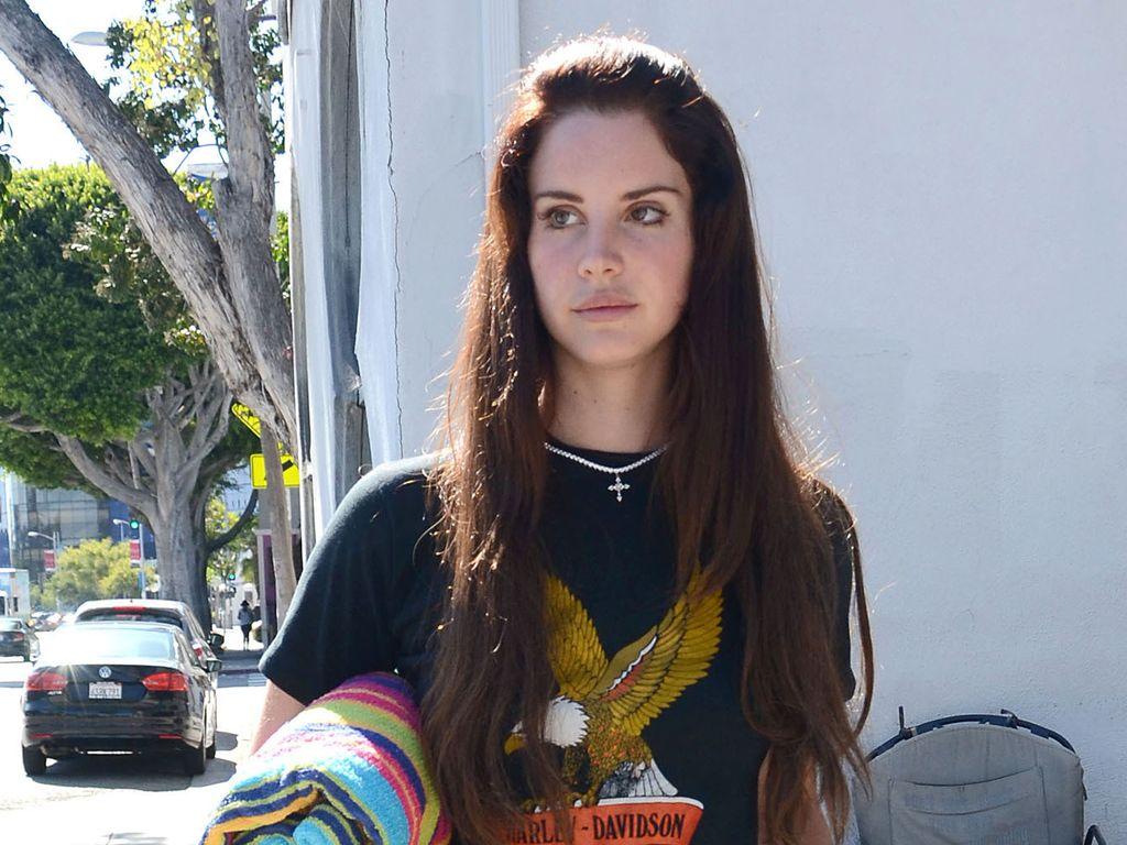 Lana Del Rey im Harley Davidson Shirt