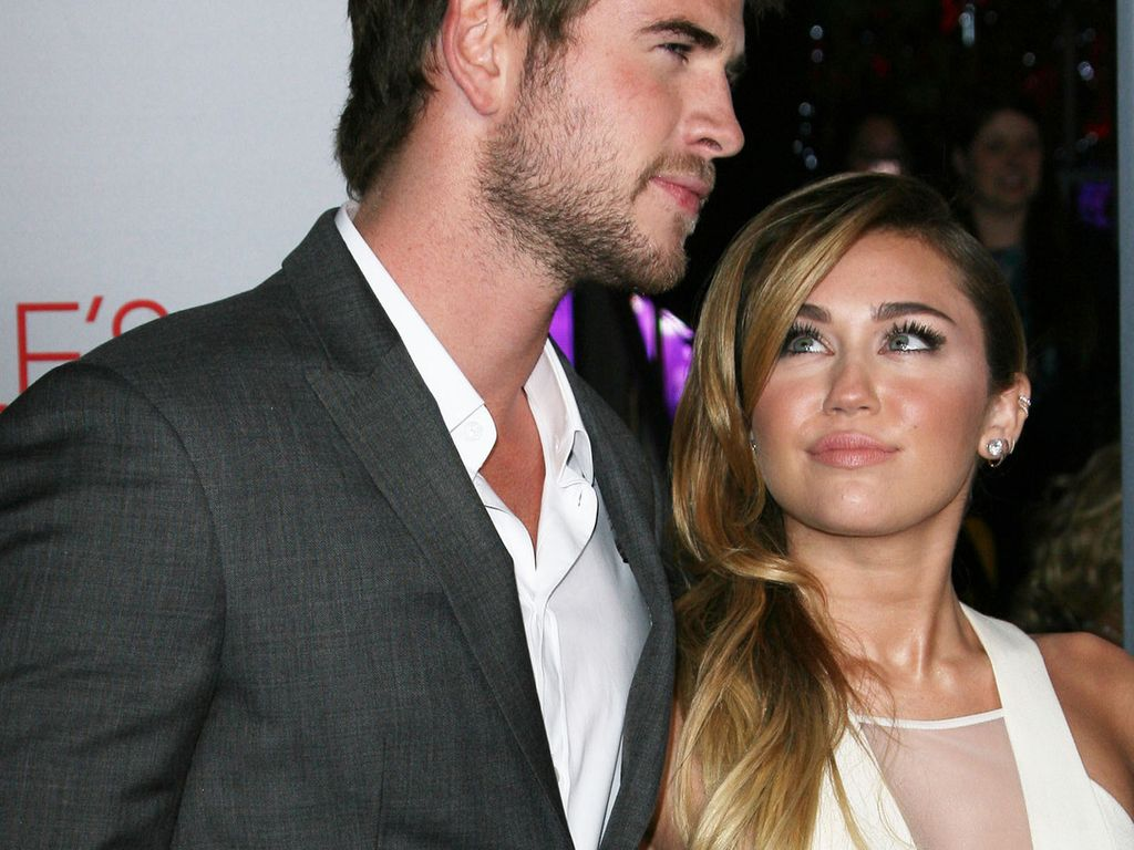 Miley Cyrus schaut Liam Hemsworth verliebt an