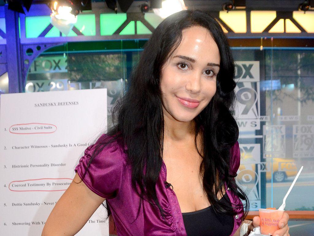 """""""Octomom"""" Nadya Suleman mit einem Eisbecher in der Hand"""