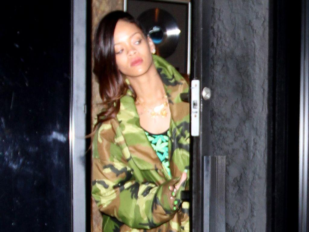 Rihanna im Marihuana-Kleid