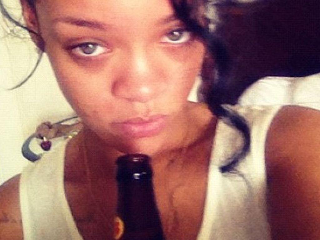 Rihanna ungeschminkt mit Flasche in der Hand