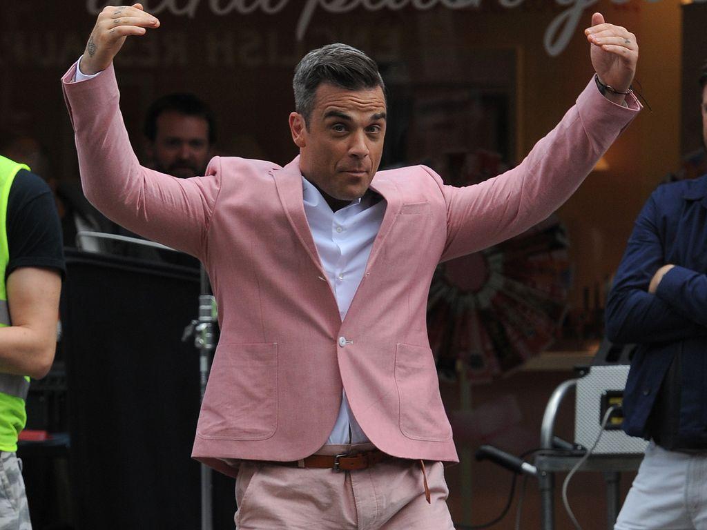 Robbie Williams guckt lustig