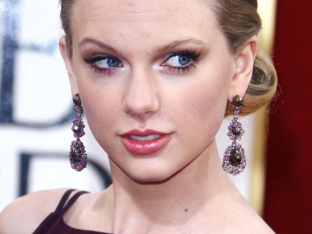 Taylor Swift in einem dunkeln Kleid bei den Globes
