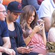 Ann-Kathrin Brömmel und Mario Götze starren auf ihre Handys