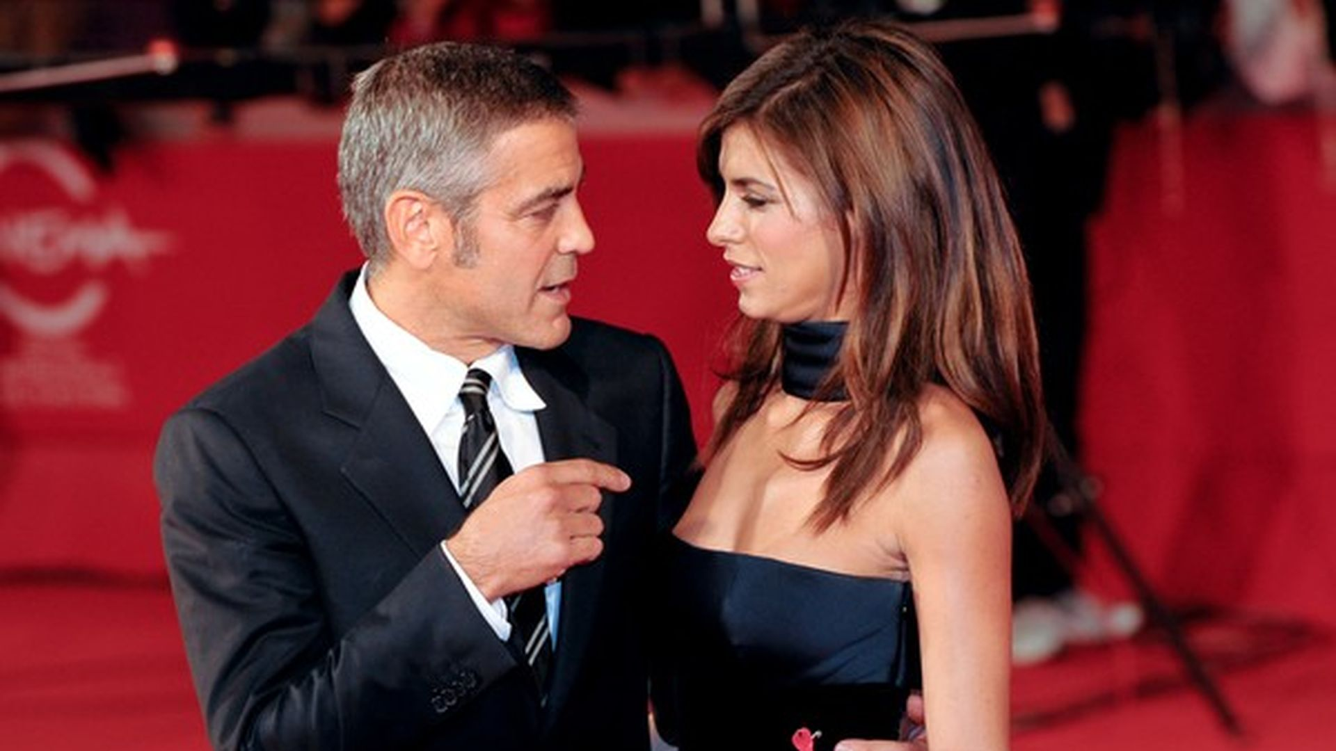 george clooney streitet sich auf dem roten teppich. Black Bedroom Furniture Sets. Home Design Ideas