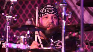 A. J. Pero spielt Schlagzeug
