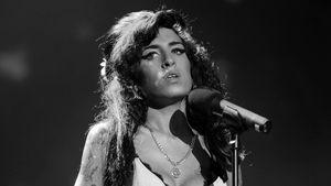 Amy Winehouse blick schweift ab
