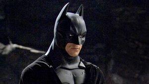 Batman in seinen Mantel eingehüllt