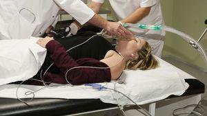 Bea (Caroline Frier) von AWZ im Krankenhaus