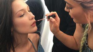 Bella Hadid wird von Kylie Jenner geschminkt