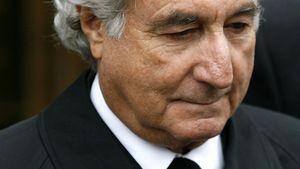 Bernie Madoff in schwarzem Mantel
