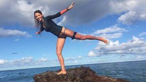 Blake Lively balanciert auf einer Klippe im Meer