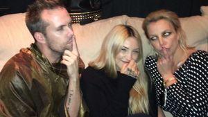 Britney Spears scherzt auf der Couch
