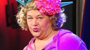 Cindy aus Marzahn mit schmucker Kopfbedeckung