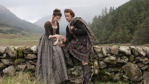Claire Randall (Catriona Balfe), Jamie Fraser (Sam Heughan) bei Outlander