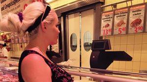 Daniela Katzenberger mit Baby-Bauch an der Fleisch-Theke