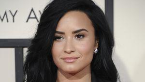 Demi Lovato mit den Händen an den Hüften