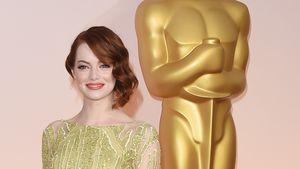 Emma Stone posiert vor einer Oscar-Statue