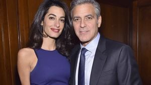 George Clooney hält Amal im Arm