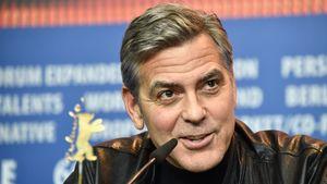 George Clooney lächelt bei der Pressekonferenz der Berlinale