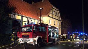 Haus von Bauer Norbert nach Brand mit Einsatzwagen davor