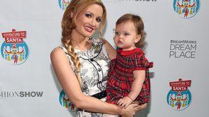 Holly Madison hält ihre Tochter Rainbow im Arm
