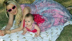 Holly Madison mit ihrer Tocher auf einer Decke