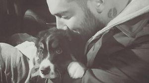 Jan Leyk schmust mit seinem Hund