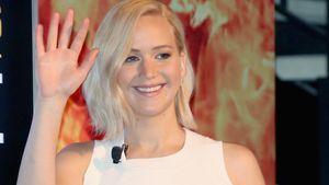 Jennifer Lawrence winkt im weißen Kleid