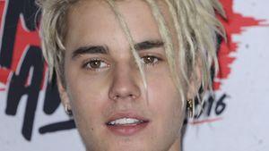 Justin Bieber mit Dreadlocks - lacht ein bisschen