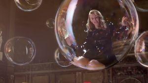 Kylie Minogue in einer Seifenblase