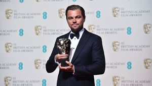 Leonardo Di Caprio zeigt seinen Preis