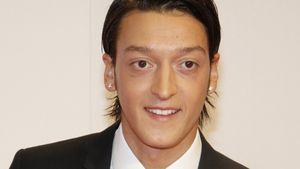 Mesut Özil ganz schick im Anzug