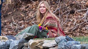Miley Cyrus mit langen Haaren am Filmset