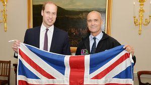 Prinz William und Henry Worsley mit Flagge